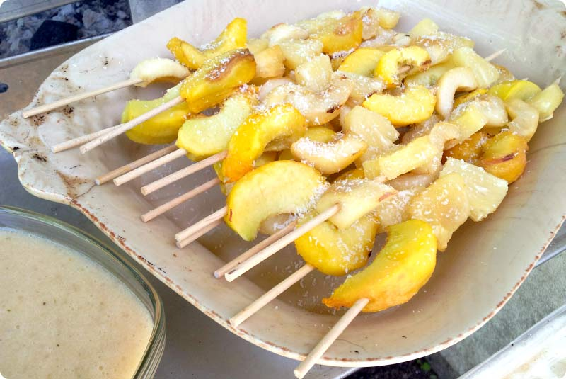 Brochetas de frutas 'bbq' con salsa de plátano