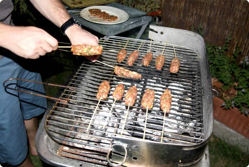 Kebab de cordero con tzatziki a la parrilla